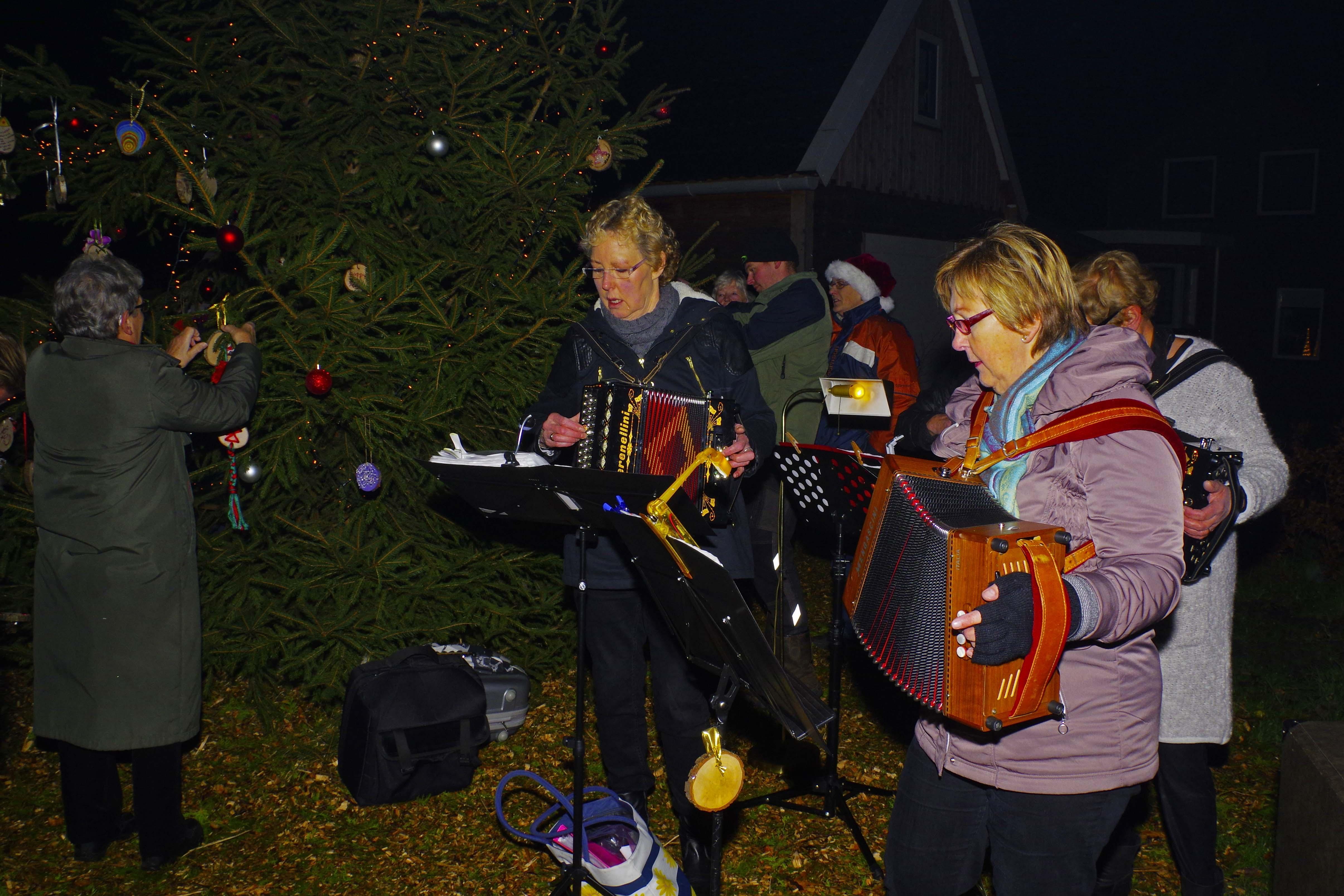 Kerstboom op Langelille ontstoken