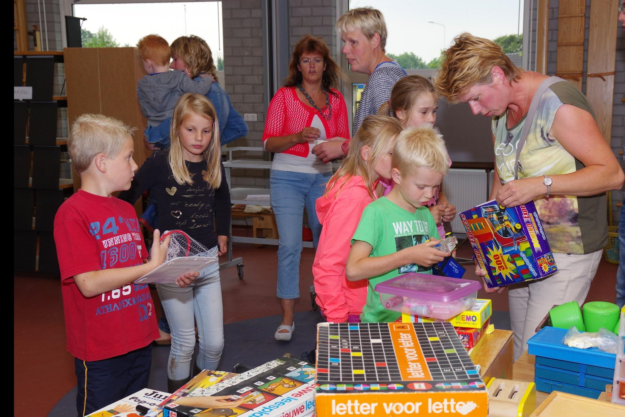 Rommelmarkt van schoolspullen